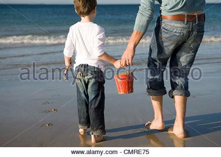 Père et fils avec seau de sable Photo Stock
