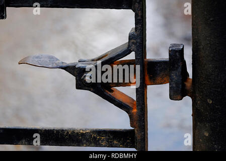 Rusty metal ancien levier du verrou de porte Photo Stock