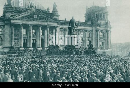 La foule au Reichstag, Berlin, à la proclamation du nouveau gouvernement le 10 novembre 1918. Le kaiser Guillaume Photo Stock
