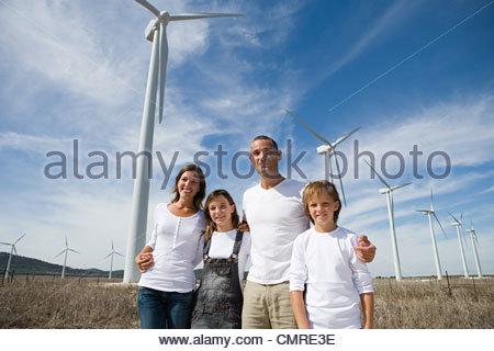 La famille près de éoliennes Photo Stock