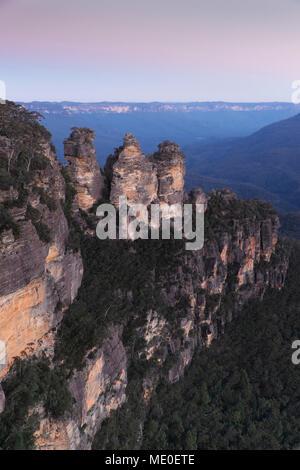 Trois Sœurs rock formation au coucher du soleil dans le Parc National de Blue Mountains en Nouvelle Galles du Sud, Australie Photo Stock