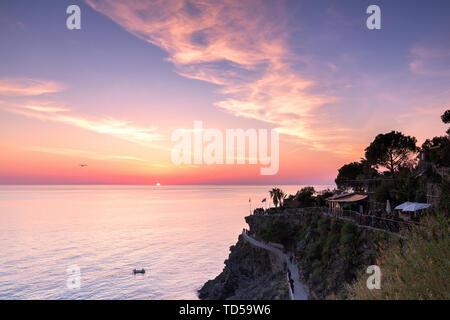 Coucher du soleil sur la mer au-dessus du sentier panoramique de Manarola, Cinque Terre, UNESCO World Heritage Site, Ligurie, Italie, Europe Photo Stock