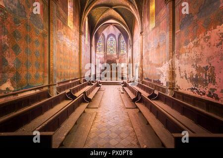 Vue intérieure d'une église abandonnée en France avec de belles couleurs rose. Photo Stock
