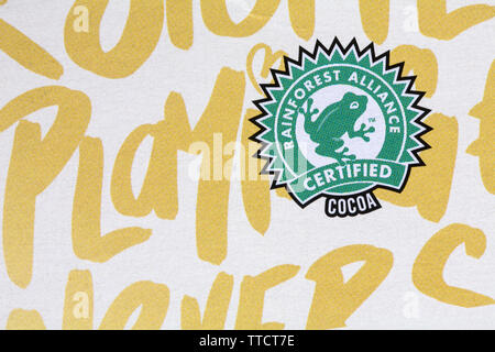 Logo du cacao certifié Rainforest Alliance symbole sur pack Magnum de glaces glaces chocolat blanc Photo Stock