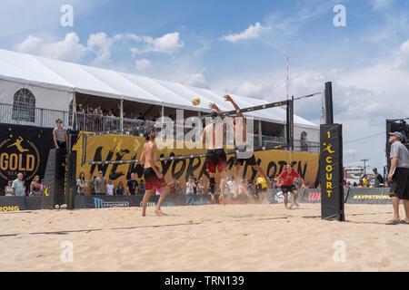 Ryan Doherty/John Hyden en compétition contre Avery Drost/Eric Thousand Oaks Real dans le 2019 New York City Open beach-volley Photo Stock