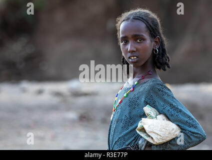 Portrait d'une fille de l'Oromo, région d'Amhara, Senbete, Ethiopie Photo Stock