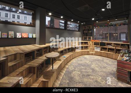La lecture chez les enfants et les performances, avec des gradins coin de bois. Bibliothèque Deichman Toyen, Oslo, Norvège. Architecte: Aat Vos, 2016. Photo Stock