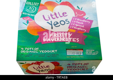 Peu Yeos fruité favoris- yeogurt 4 pots de yogourt biologique isolé sur fond blanc - fraise, pêche, abricot & saveur framboise yaourts Photo Stock