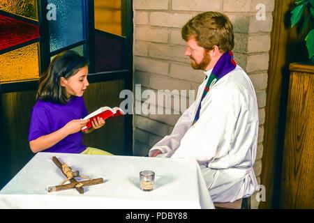 Jeune enfant lecture Bible de prêtre pendant la réconciliation. © Myrleen ....Pearson Ferguson Cate Photo Stock