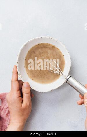 Femme faisant des oeufs à l'aide de farine de lin Le lin et l'eau. Photo Stock