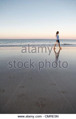 Femme marche par la mer Photo Stock