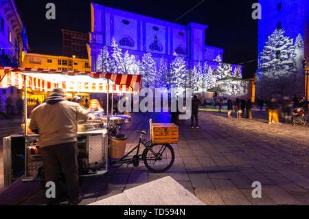 Vendeur de châtaignier sur la place de nuit, Sondrio, Valtellina, province Sondrio, Lombardie, Italie, Europe Photo Stock