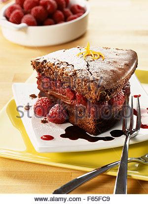 Gâteau au chocolat rempli de framboises Photo Stock
