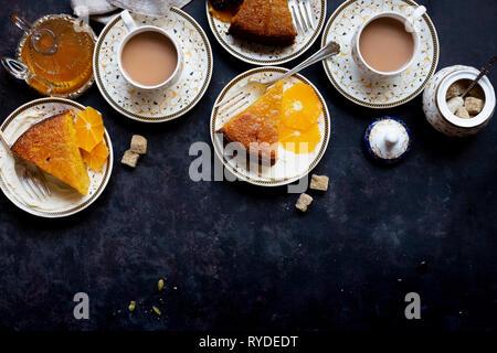 Ensemble de l'huile d'olive orange gâteau à la semoule et aux amandes, terminé à la cardamome sirop orange - sans gluten. Photo Stock
