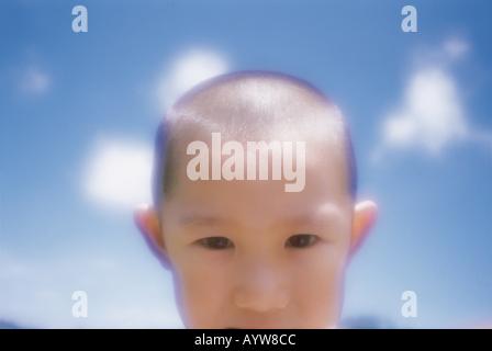 Gros plan d'une tête rasé le visage de garçon Photo Stock