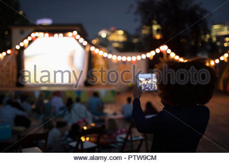 Jeune femme avec digitalt tablet caméra à film dans le parc Photo Stock