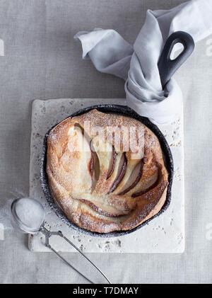 Crêpe poire Bébé néerlandais dans la poêle Photo Stock