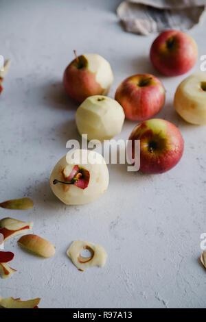 L'épluchage des pommes rouges pour cuire une tarte aux pommes Photo Stock