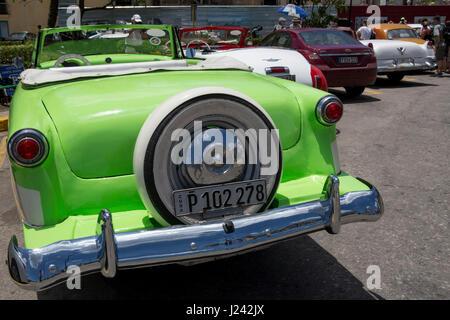 Vintage voitures américaines sur la rue à La Havane. Photo Stock