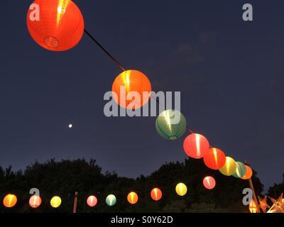 Ronds, des lanternes en papier dans la nuit Photo Stock