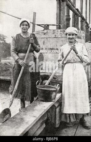Deux femmes pour les travaux de construction, le mélange du ciment, dans la banlieue de Vienne, en Autriche. Photo Stock