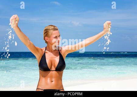 Jeune femme,femme,bain,beach appartement de vacances Photo Stock