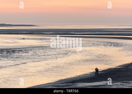 France, Picardie, Baie de Somme, Le Crotoy, marcheurs au crépuscule du panorama de la Baie de Somme Photo Stock
