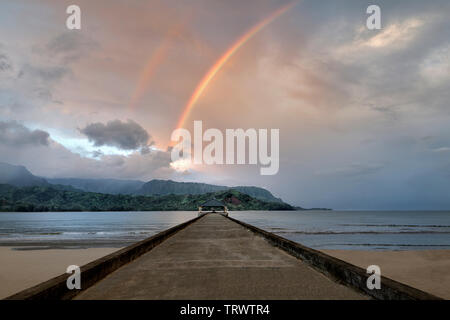 La baie de Hanalei Pier, et Bali Hai avec arc-en-ciel. (Mekana Mountain) Kauai, Hawaii (Mekana Mountain de Kauai, Hawaii Photo Stock