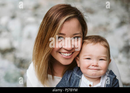 Portrait of smiling mother and baby fils Photo Stock