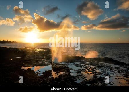 Corne crachant de trou coup au lever du soleil. Kauai, Hawaii Photo Stock
