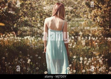 Femme dans un champ de fleurs. Portrait en extérieur Photo Stock