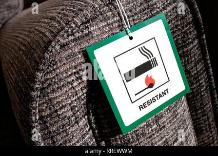 Tag tissu résistant au feu sur canapé Photo Stock