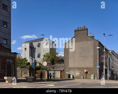 Vue contextuelle à partir de quais. Pálás Cinéma, Galway, Irlande. Architecte: dePaor, 2017. Photo Stock