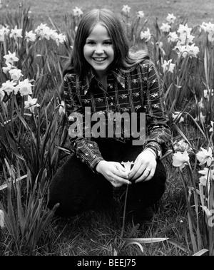 L'actrice Linda Blair posant avec des fleurs. Photo Stock