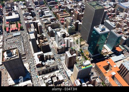 Vue aérienne de Jeppe Street, Johannesburg Central Business District, avec le gratte-ciel en towers Sanlan Centre building. Photo Stock