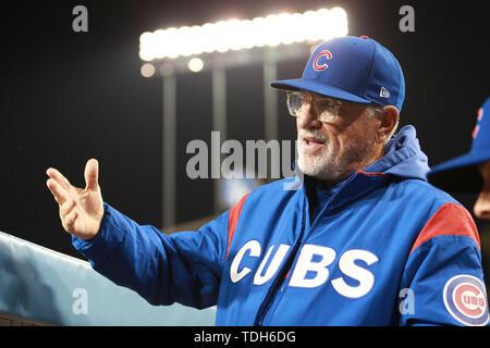 Los Angeles, CA, USA. 14 Juin, 2019. Chicago Cubs manager Joe Maddon (70) parle avec un autre coach dans l'étang pendant le jeu entre les Cubs de Chicago et les Dodgers de Los Angeles au Dodger Stadium à Los Angeles, CA. (Photo de Peter Renner and Co) Credit: csm/Alamy Live News Photo Stock