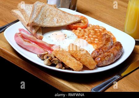 Le petit déjeuner anglais complet on white plate Photo Stock