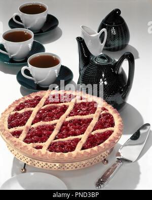 Années 1950, CHERRY PIE LATTICE CRUST CAFETIÈRE ET TASSES - KF945 TRAF001 HARS Old Fashioned Photo Stock
