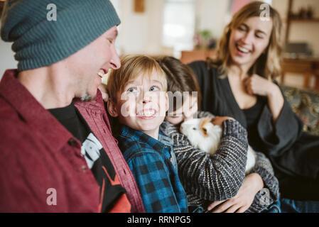Famille heureuse avec cochon Photo Stock