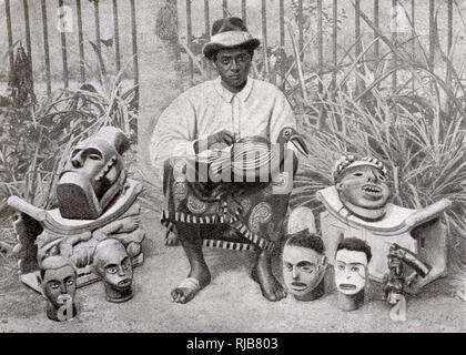 Artisan Bantu de Douala (Douala) faire des sculptures en bois, au Cameroun, en Afrique de l'Ouest (à l'époque une colonie française). Photo Stock