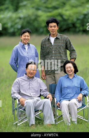 Jeune couple avec leurs parents Photo Stock