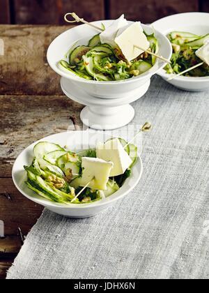 Salade de concombre avec les brochettes de fromage Photo Stock