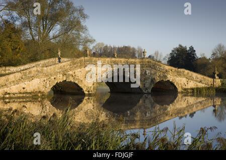 Le pont d'Oxford sur un jour froid à Stowe paysage de jardins, dans le Buckinghamshire. Photo Stock
