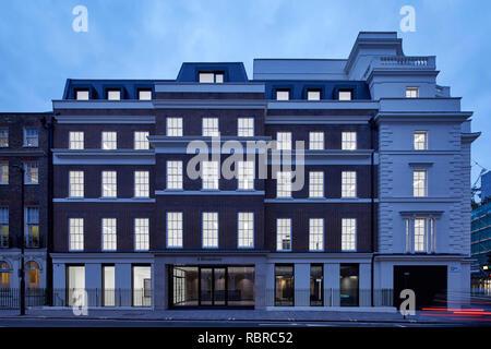 Crépuscule avec élévation intérieurs sombres. 8 Bloomsbury, Londres, Royaume-Uni. Architecte: Buckley Gray Yeoman, 2017. Photo Stock