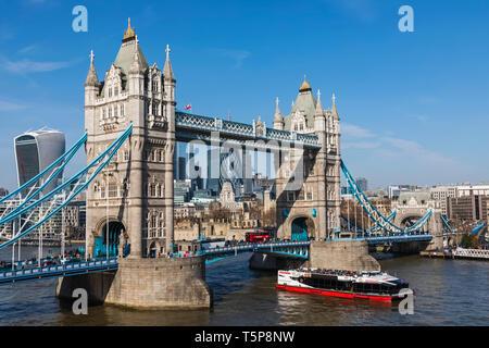 L'Angleterre, Londres, Tower Bridge et de la ville de Londres avec River Excursion en bateau sur la Tamise Photo Stock