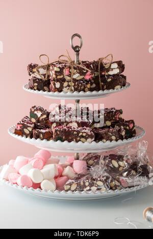 Brownies au chocolat avec des guimauves, main enveloppée de chaîne. Photo Stock