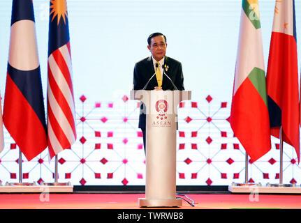 Premier Ministre de la Thaïlande Prayuth Chan-ocha parle lors de la cérémonie d'34e Sommet de l'ASEAN à Bangkok. Le sommet de l'ASEAN est une réunion semestrielle tenue par les membres de l'Association des nations de l'Asie du Sud-Est (ANASE) dans les domaines économique, politique, sociale et de sécurité-développement culturel des pays d'Asie. Photo Stock