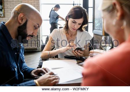 Les gens d'affaires travaillant dans le Photo Stock