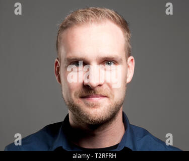 Portrait d'un jeune homme en chemise bleue Photo Stock