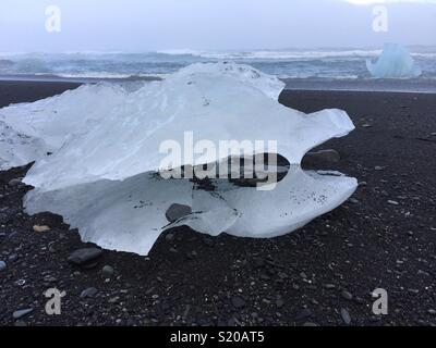 Iceberg sur plage de sable noir, l'Islande Photo Stock